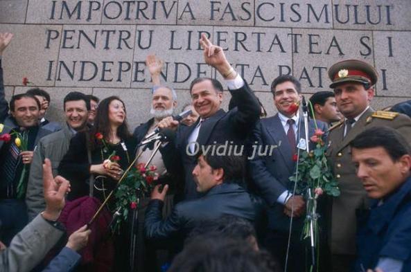 Ion Iliescu - 1990 27 aprilie miting, Ion Iliescu la mijloc, Petre Roman, Gelu Voican Voiculescu