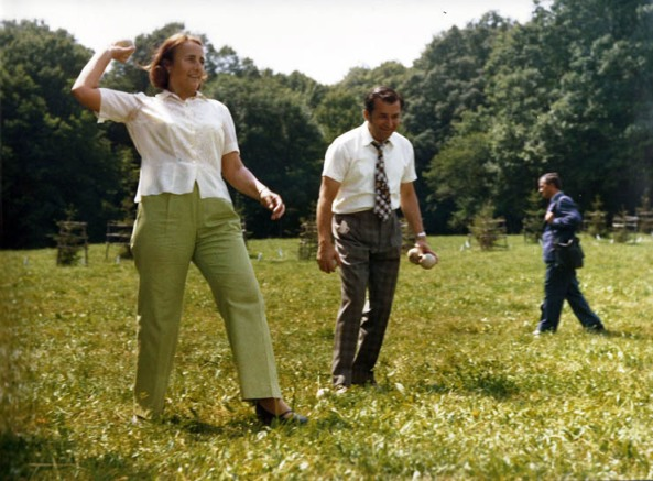 Ion Iliescu ii strange mingele lui Elena Ceausescu adica o ajuta