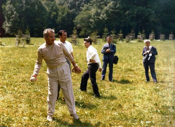 Ion Iliescu se distreaza in spatele lui Nicolae Ceausescu, oare de ce l-au omorat???