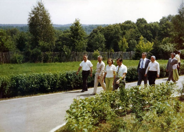 Ion Iliescu impreuna cu familia Ceausescu la stanga linga Elena este Ion Iliescu