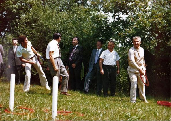 Ion Iliescu sta cu spatele linga Nicu Ceausescu privind-ul pe Nicolae Ceausescu