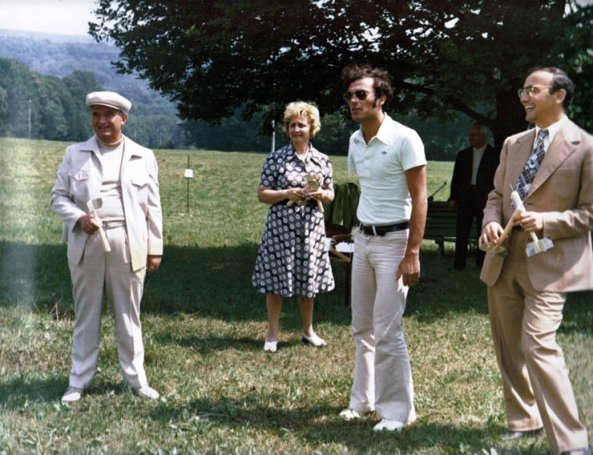 Nicolae şi Nicu Ceauşescu, în vacanţă, în 1976, la Iaşi. În spatele lor este Nina Iliescu, soţia prim-secretarului judeţului, Ion Iliescu, şi ea participantă la partida acestora de darts
