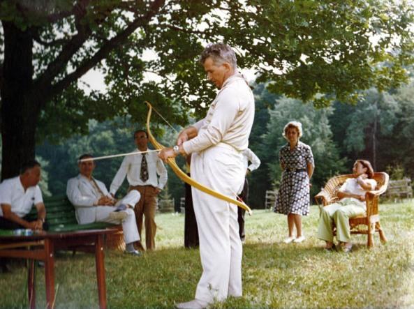 Nicolae Ceauşescu, în vacanţă, în 1976, la Iaşi. În spatele lor linga Elena Ceauşescu este Nina Iliescu, soţia prim-secretarului judeţului, Ion Iliescu, şi ea participantă la partida acestora de darts