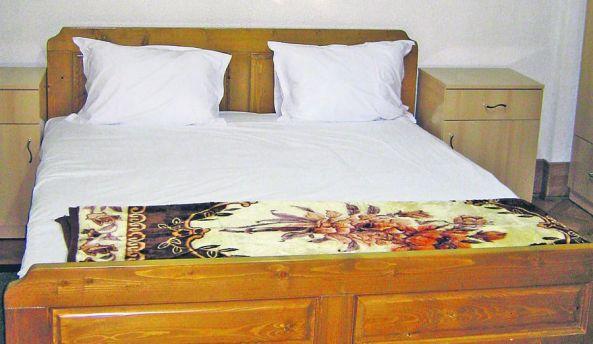Acesta e dormitorul în care se spune că şi-au consumat idila Nicu Ceauşescu şi fosta mare gimnastă